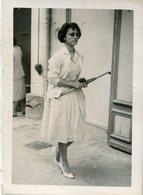 Grande Photo D'une Femme élégante Avec Sont Petit Parapluie Marchant Dans La Rue - Personnes Anonymes