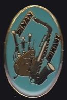 64398- Pin's-Festival Celtique Dinan.Cornrmuse.Saxophone. - Steden