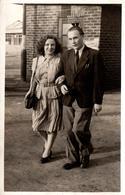 Photo Originale Portrait D'un Couple à La Marche Bras Dessus, Bras Dessous, Dans Une Usine Ou Pas Vers 1940/50 - Personnes Identifiées
