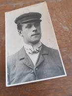 """JUNGER MANN MIT SCHIRMMUETZE UND FLIEGE - ALEXANDER KOENIG - GEB 1892 IN RIGA - 1908 """"GEBLIEBEN AUF SEE"""" - Personnes Identifiées"""