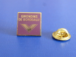 Pin's Girondins De Bordeaux - Logo Carré - Football Foot Joueur Ballon (PR25) - Fussball