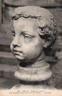CPA ARLES - MUSEE LAPIDAIRE - TETE D'ENFANT GRECO-ROMAINE - Arles
