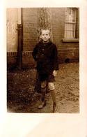 Carte Photo Originale Scolaire, Portrait D'écolier Dans La Cour De L'école En 1929 - Personnes Anonymes