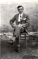 Carte Photo Originale Portrait D'un Beau Jeune Homme Chic Sur Sa Chaise Dans La Cour Vers 1920 - Personnes Anonymes