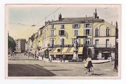 42 Roanne N5014 Place De La Paix Statue Grand Café Taverne Alsacienne Loterie Nationale Femme Vélo Voies Du Tram Tramway - Roanne
