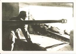 UN SOLDAT ALLEMAND DANS UN BUNKER DU MUR DE L'ATLANTIQUE - War 1939-45