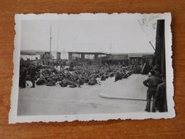 ILE DE GROIX  WW2 GUERRE 39 45 BRETAGNE EMBARQUEMENT DES TROUPES ALLEMANDES POUR L ILE AU PIED DE L ARSENAL A LORIENT - Groix
