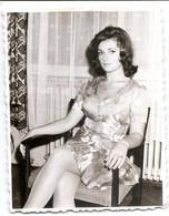 Photo Originale , Belle Femme Assis , Dim. 5.5 Cm X 8.5 Cmv - Anonyme Personen