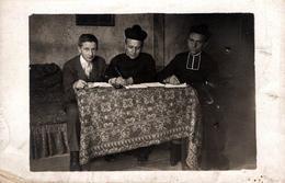 Carte Photo Originale Jeune Garçon Au Catéchisme Avec Un Duo De Curés Pour Savoir & Doctrines De La Foi Chrétienne 1920' - Professions