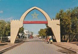 Carte Postale. Maroc. Khouribga. Arc. Grande Avenue Boisée. Voitures Anciennes. Animation. Etat Moyen. Taches. - Morocco