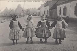 BRETAGNE: Petites Bigoudennes Se Rendant Au Pardon - Bretagne