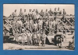 CARTE PHOTO GROUPE DE SOLDAT SUR UN PONT EN BOIS - Photographs