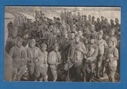 CARTE PHOTO GROUPE DE SOLDATS SUR UN PONT FABRIQUE PENDANT LA GUERRE - Photographs