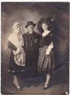 Photo : Couple D'alsacien Et Leur Fille : En Pose : Folklore - Alsace - ( Format 15cm X 11cm ) - Anonymous Persons