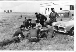 Photos - Photo De Militaires En Attente Que Le Vent Baisse - Saut Annulé - Plusieurs Voitures Anciennes - Juin 1961 - - Guerre, Militaire