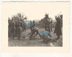 WW2 PHOTO ORIGINALE Soldat Allemand Et Prisonnier De Guerre Français PG Instantané De REDDITION 1940 DEFAITE Mais Où ? - 1939-45