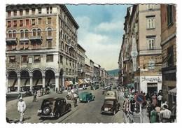 5832 - TRIESTE VIA GIOSUE' CARDUCCI ANIMATISSIMA 1955 VIGILE URBANO TRAFFICO AUTOMOBILI LAMBRETTA - Trieste (Triest)
