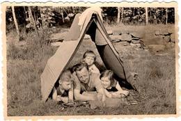 Photo Originale Retour En Enfance De L'Oncle Hans Jouant Dans Une Tente De Fortune Avec Ses 3 Neveux & Nièces 1962 - Personnes Identifiées