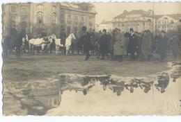 CARTE PHOTO LETTONIE - RIGA - MANIFESTATION POLITIQUE - MILITAIRE ? - Lettonia