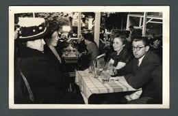 Famille Prenant Un Verre à La Terrasse D'un Café Homme Aux Lunettes Rondes Et Femme Avec Un Curieux Chapeau PHOTO Carte - Personnes Anonymes