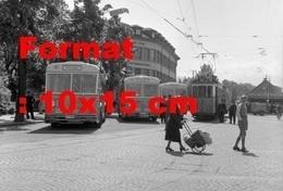 Reproduction D'une Photographie Ancienne De Trois Bus Et Un Tramway à Thun-Steffisburg En Suisse En 1958 - Riproduzioni