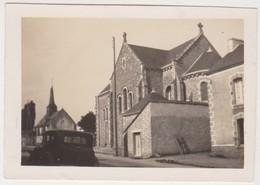 27833 Deux  Photo MERIADEC 56 France Voiture Eglise Cimetière - Lieux