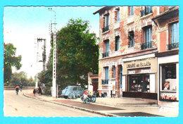 CPSM Ste GENEVIEVE DES BOIS : Partie Village, Librairie Des Ecoles, Anc. Voiture, Petite Anim. Circulée En 1967 2 Scans - Sainte Genevieve Des Bois