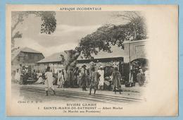 BA0471  CPA  Post Card AFRIQUE OCCIDENTALE - RIVIERE GAMBIE - SAINTE-MARIE-DE-BATHURST Marché Aux Provisions +++ - Gambia