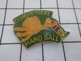 616b Pin's Pins / Rare Et Beau : THEME : SPORTS / HANDBALL COMITE ISERE ARBITRE - Handball