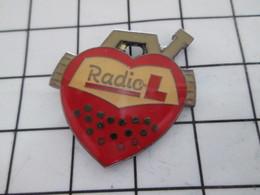616b Pin's Pins / Rare Et Beau : THEME : MEDIAS / EN FORME DE COEUR ROUGE RADIO L - Médias
