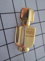 616b Pins Pin's / Rare Et De Belle Qualité  THEME PARFUMS / FLACON DE PARFUM MOLYNEUX  Doré à L'or Fin - Parfums