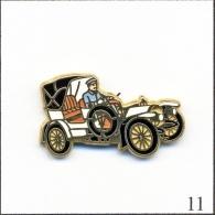 Pin's - Automobile - Mercedes Simplex - Blanc/Chauffeur Bleu Ciel. Est. Arthus Bertrand Paris. Zamac. T191-11 - Mercedes