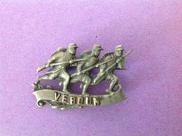 Ancienne Broche  Militaire VERDUN -métal Non Ferreux Sauf épingle - Long.3cm -  épingle Derrière. - Broschen