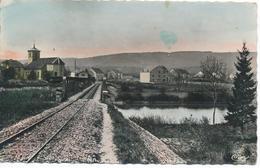 PONT DE POITTE (39.Jura) Viaduc Et Voie De Chemin De Fer, Eglise, Rivière, Homme Marchant Le Long Des Rails - Altri Comuni