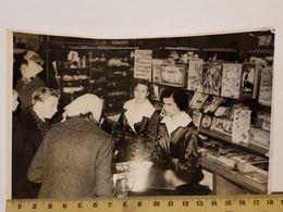 Photo Vintage. L'original. Magasin De Jouets Pour Enfants. Vendeurs. - Berufe