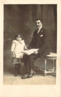 Carte Postale Photo  Un Père Et Sa Petite Fille à La Pose - Postcards
