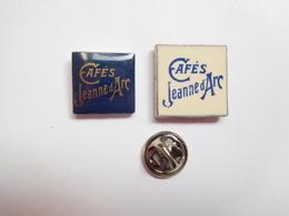 Série De 2 Pin's , Dont 1 En Porcelaine , Café , Coffee , Kaffee , Cafés Jeanne D'Arc à Rouen , Seine Maritime - Alimentation