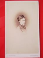 CDV Portrait Femme - Coiffure D'époque - Circa 1865/70 - Photo Sims, Tunbridge Wells ( Kent ) - TBE - Foto