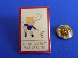 Pin's FFF Fédération Française De Football - Je Suis Fairplay - Coq Sportif Tricolore Foot Joueur Ballon (PAB36) - Calcio
