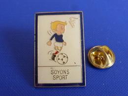 Pin's FFF Fédération Française De Football - Soyons Sport - Coq Sportif Tricolore Foot Joueur Ballon (PAB37) - Calcio