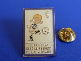 Pin's FFF Fédération Française De Football - Fairplay Respect - Coq Sportif Tricolore Foot Joueur Ballon (PAB38) - Calcio
