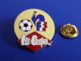 Pin's Lee Cooper FFF Fédération Française De Football - Jeans Habits - Coq Sportif Logo Foot Joueur Ballon (PAB57) - Football