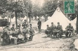 Militaire Militaria La Vie Au Camp Le Déjeuner De La Garde - Casernes