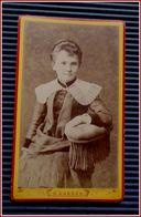 Photo Ancienne CDV   - Toute Jeune Fille Avec Un Grand Col Brodé - Photo  N. KARREN à Caen - Personnes Anonymes