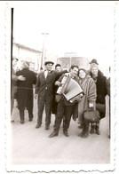 Photo Originale , Group , Fête De Famille, Jouer De L'accordéon, Dim. 5.5 Cm X 8.5 Cm - Instrumentos De Música