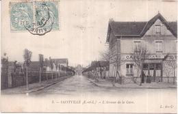 Dépt 28 - SAINVILLE - L'Avenue De La Gare - Animée : Café, Hôtel, Billard - (Saintville) - Other Municipalities