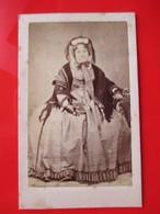 CDV  Femme Agée Assise - Mode D'époque - Circa 1860 - Photo De Vivance, Forges - Etat - Fotos