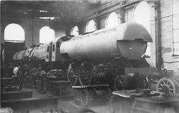 ¤¤   -  Carte-Photo D'une Locomotive En Réparation Dans Un Atelier  -  Train   -  Chemin De Fer   -  ¤¤ - Ferrocarril