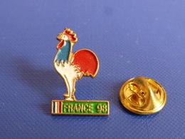 Pin's Coupe Du Monde World Cup France 98 De Football - Cartouche Vert - Coq Sportif Tricolore Foot Ballon (PAC4) - Calcio