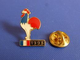 Pin's Coupe Du Monde World Cup France 98 De Football - Cartouche 1998 - Coq Sportif Tricolore Foot Ballon (PAC9) - Calcio